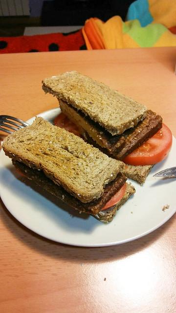 Sándwich de tomate y pizza tofu