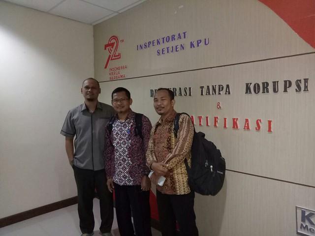 KERJA KERAS: Ketua KPU Tulungagung Suprihno (tengah) saat di inspektorat KPU pusat untuk review anggaran (13/9)