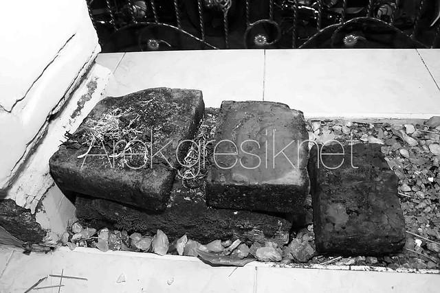 Batu bata kuno yang ada disekitar makam Syekh Al-Khusaini copy