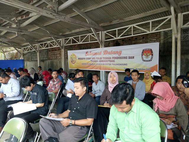 Suasana tes tulis tenaga pendukung dan administrasi KPU Tulungagung (18/8)