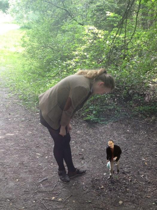 Hanna tittar på en livs levande pyssling