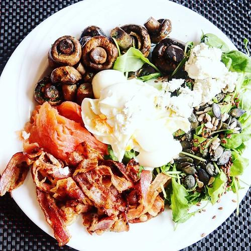 Bei mir gibts oft Kräuterquark statt Salatsoße. Ein gutes Öl haben sie hier im Hotel nicht... #ketoseportal #keto #ketogen #quark #lowcarbgermany