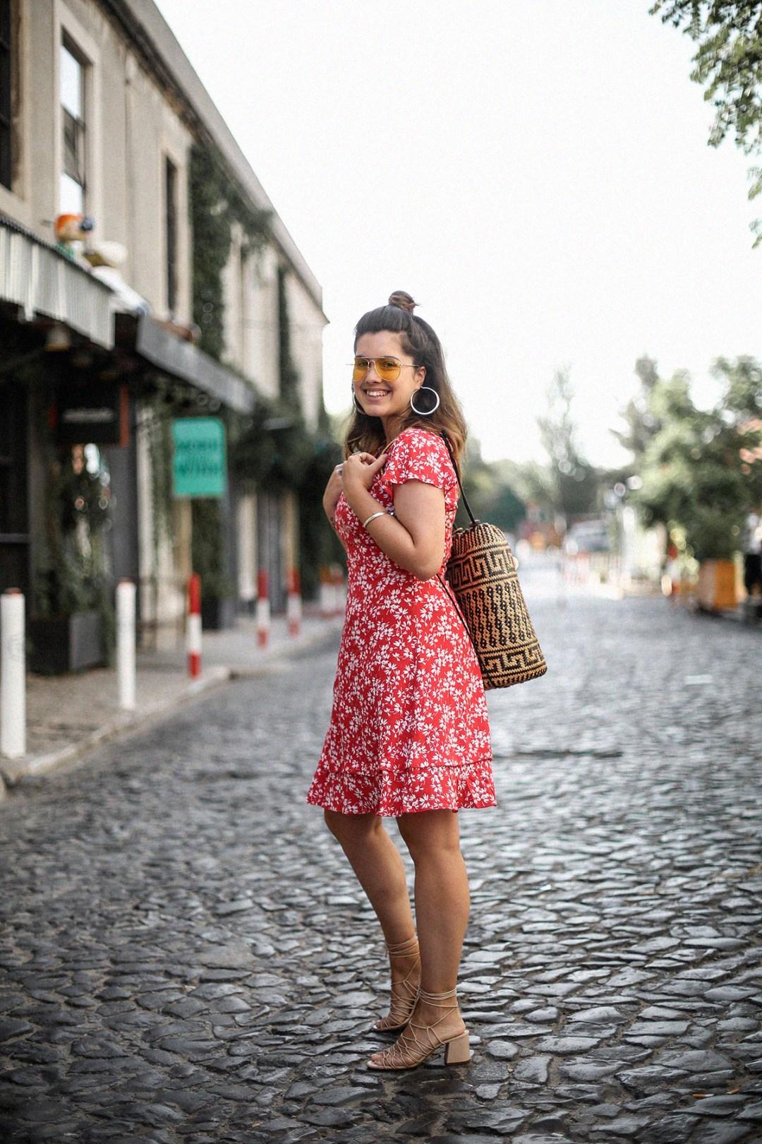 vestido-rojo-volantes-sandalias-lazos-mochila-ratan-travel-lx-factory-lisbon12