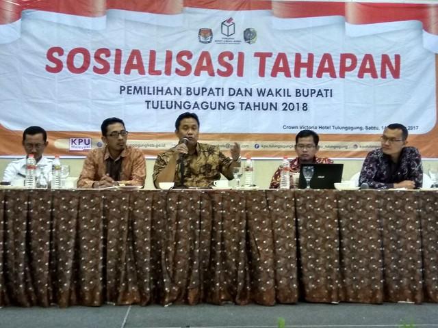 Ketua KPU Jawa Timur Eko Sasmito, bersama Komisioner KPU Tulungagung dalam Sosialisasi Tahapan Pilkada 2018 kepada Parpol, Ormas dan OKP se Tulungaung di Corwn Victoria Hotel Tulungagung (14/10)