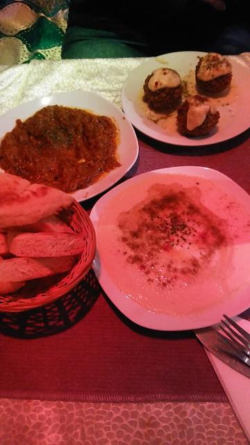 Falafel, paté de berenjenas y hummus