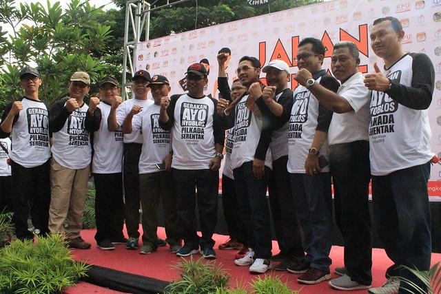 Bupati Tulungagung Syahri Mulyo Foto Bersama Forpimda Tulungagung dan Seluruh Komisioner KPU Tulungagung (29/10)