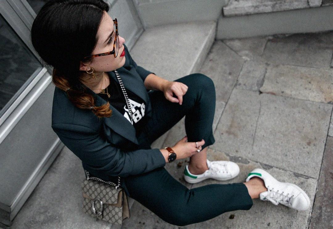 como-combinar-traje-verde-deportivas-stan-smith-adidas2