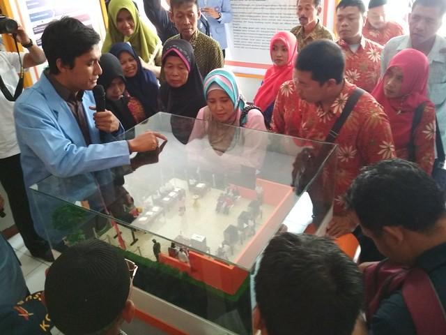 Petugas KPU Tulungagung menerima dan memberi arahan Percatu saat kunjungi Rumah Pintar Pemilu (RPP) reog kendang KPU Tulungagung (28/9)