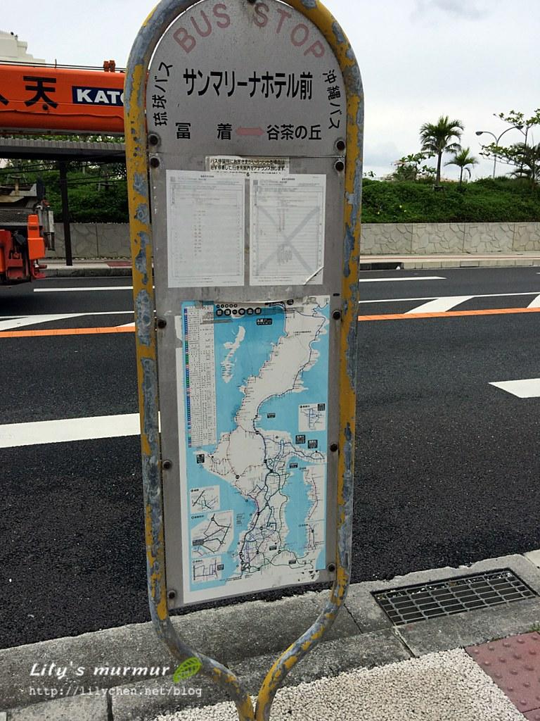 公車站牌,上面有路線圖跟時刻表。