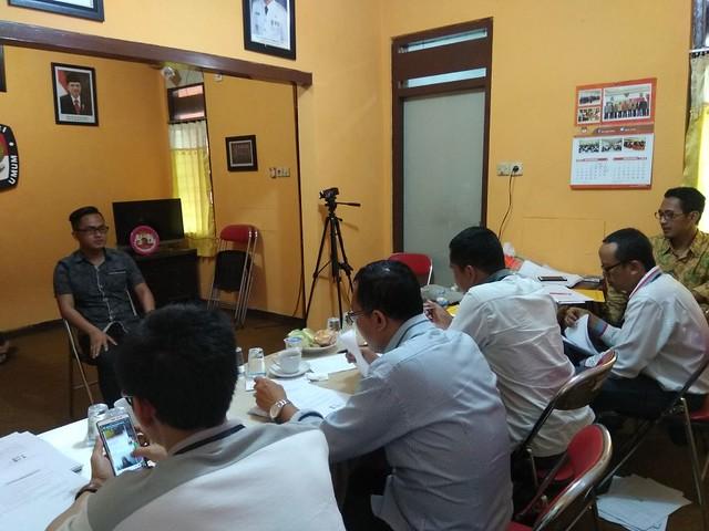 Lima komisioner KPU menguji tes wawancara calon peserta PPK di kantor KPU Tulungagung (04/11)