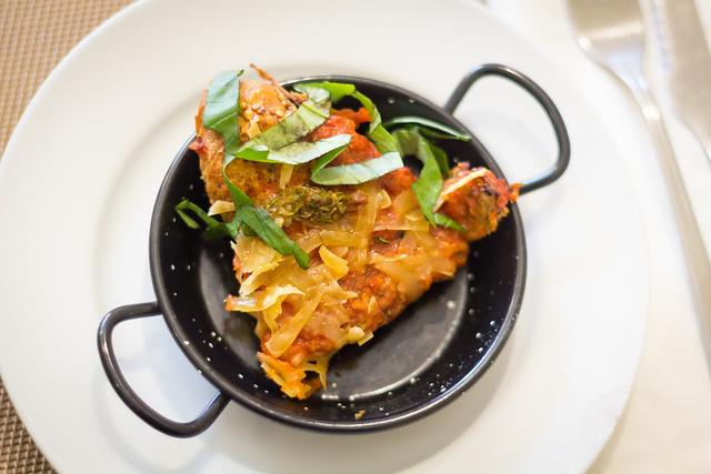 Pizza de aperitivo en esta paella tan mona en el Llantén Veggie Bar