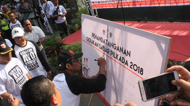 Bupati Tulungagung Syahri Mulyo saat menandatangani Deklarasi Gerakan Sadar Pilkada Serentak 2018 (29/10)