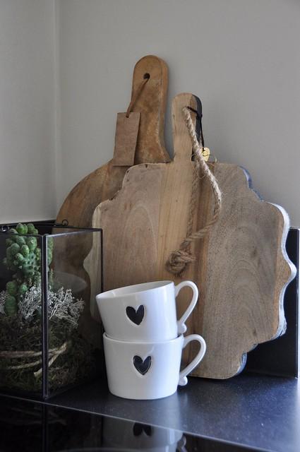 Koffiebekers houten snijplanken