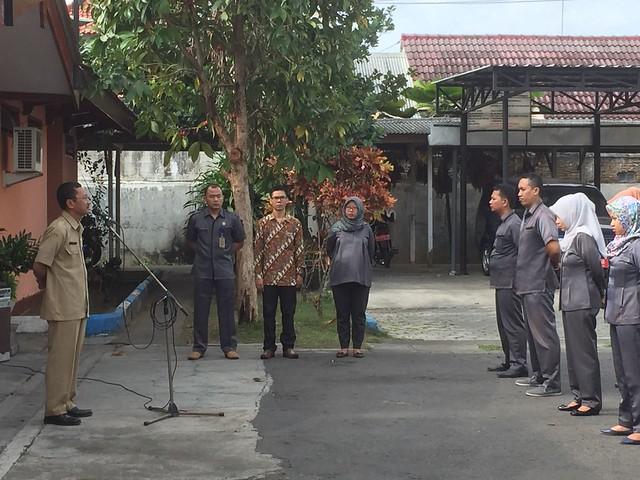 Mundiyar saat memimpin apel pagi KPU Tulungagung (9/10)