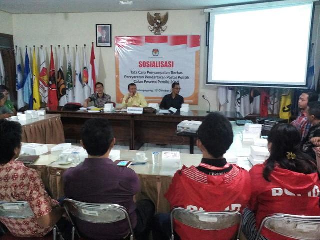 Anggota KPU Tulungagung melakukan sosialisasi terkait pendaftaran parpol pada pemilu 2019 (10/10)