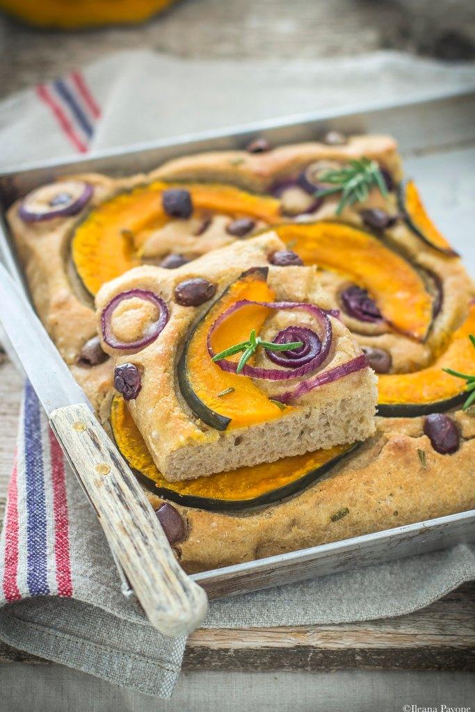 Focaccia con zucca, cipolle e olive