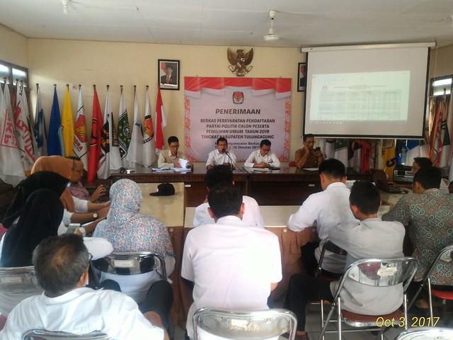 Ketua KPU Tulungagung Suprihno memimpin rapat persiapan pendaftaran parpol di Media Center KPU Tulungagung (3/10)