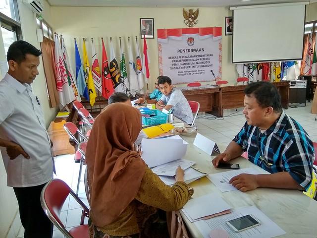 Bendahara DPC Partai Republik Kabupaten Tulungagung Ekwan Sudaryanto mendatangi Media Center KPU Tulungagung (12/10)