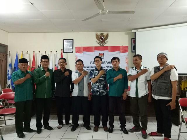 Ketua DPC PKB Adib Makarim beserta jajaran pengurus serahkan berkas pendaftaran parpol Pemilu 2019 di KPU Tulungagung (16/10)
