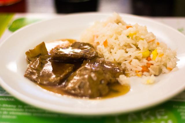 No ternera en salsa y arroz tres delicias en el Shi-Shang