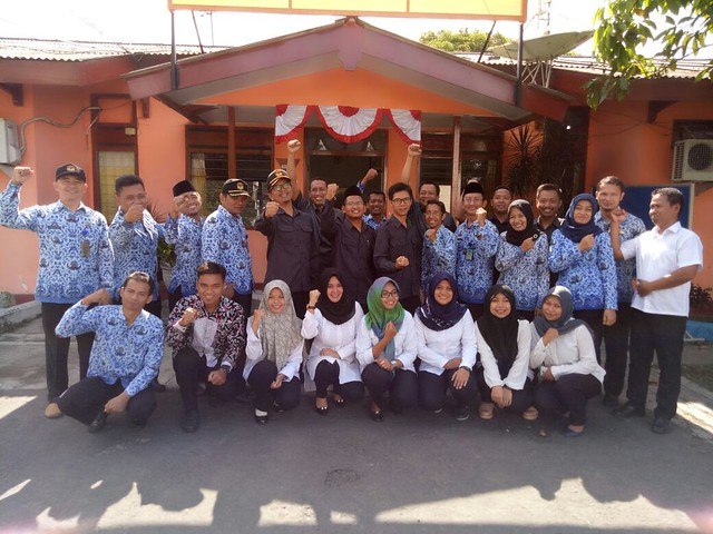 Komisioner KPU Tulungagung foto bersama seluruh staf KPU Tulungagung selepas Upacara Peringatan Sumpah Pemuda di Halaman KPU Tulungagung (30/10)