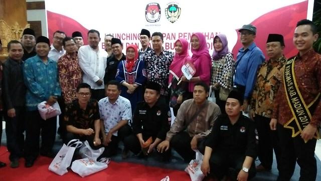 Komisioner KPU se Jawa Timur foto bersama usai menghadiri launching pilkada serentak di Madiun (5/10)