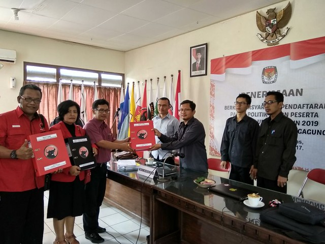 PDIP serahkan berkas pendaftaran parpol pemilu 2019 ke KPU Tulungagung (16/10)