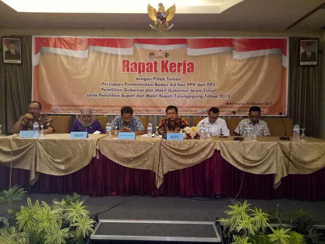 Suasana Rapat Koordinasi KPU Tulungagung dengan Pihak Pemerintah Kecamatan se Tulungagung dan Organisasi Perangkat Daerah (OPD) Tulungagung (13/10)