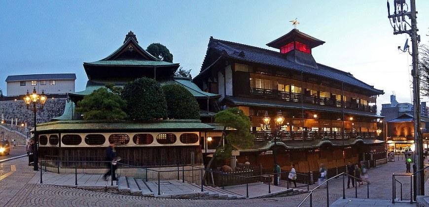 1024px-Dogo_Onsen_Honkan_(Main_bulding)_,_道後温泉_本館_-_panoramio_(4)