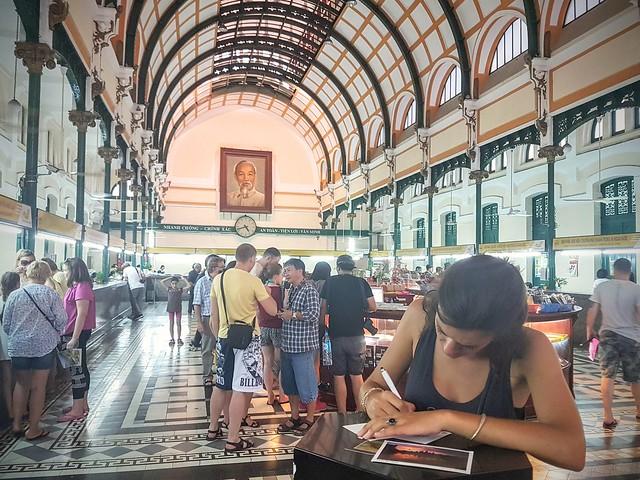 Ecrire ses cartes postales de la jolie poste de Ho Chi Minh
