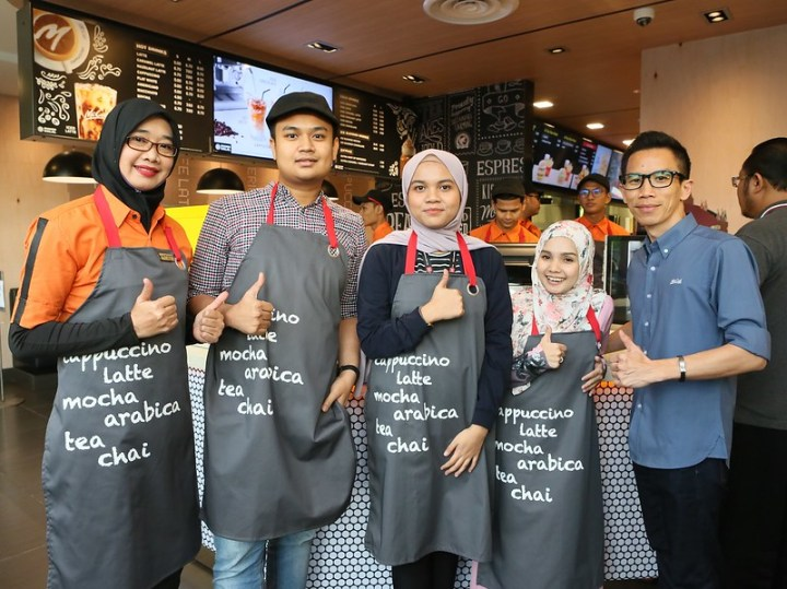 PHOTO 6 - Winners of Masterclass Quiz who get to try McCafe Coffee Art class