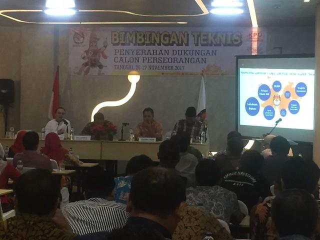 Muhammad Arbayanto (baju putih) saat memberikan paparan di acara Bimtek Penyerahan Dukungan Calon Perseorangan, Minggu (26/11)
