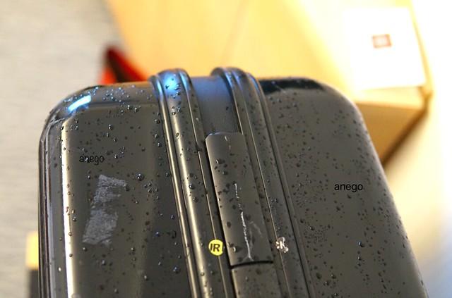 濡れたスーツケース