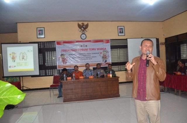 Suyitno Arman saat menyampaikan materi Sosialisasi Forum Temu Warga di Kantor Kecamatan Pucanglaban, Sabtu (02/12)