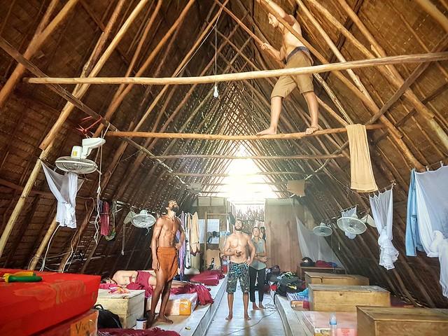Notre dortoir en workaway, quand JC installe l'électricité