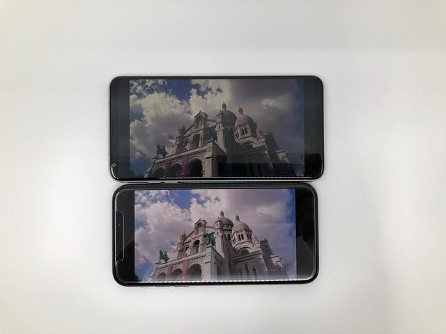 จอของ iPhone X เทียบกับ LG V30 จะเห็นว่าภาพของ iPhone X สว่างกว่า