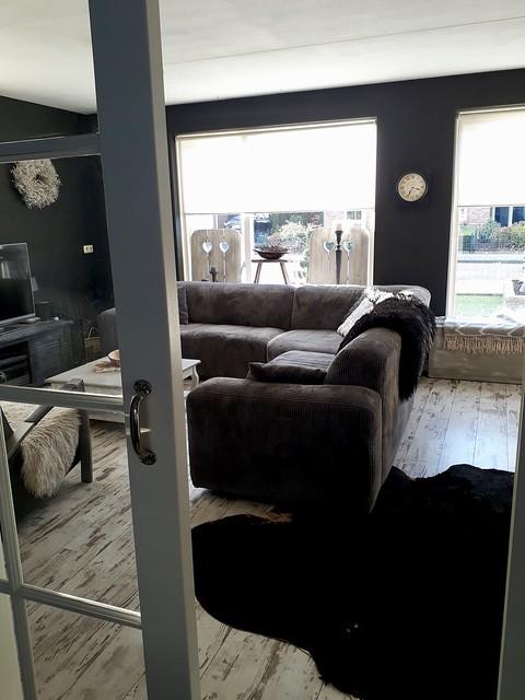 Woonkamer grijs zwart interieur
