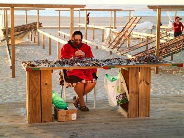 Señora vendiendo pescado en Nazaré