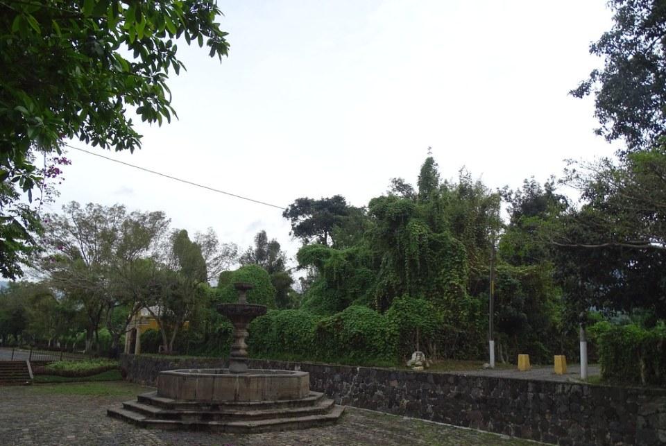 Antigua fuente y capilla de Via Crucis Alameda del Calvario Guatemala 03
