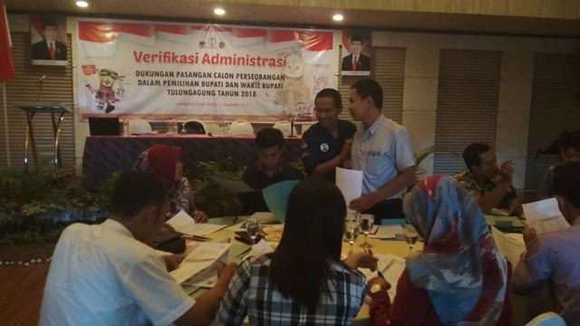 Sejumlah anggota PPK sedang melakukan verifikasi dukungan calon perseorangan yang dipandu staf Sekretariat KPU Tulungagung, Kamis (7/12)