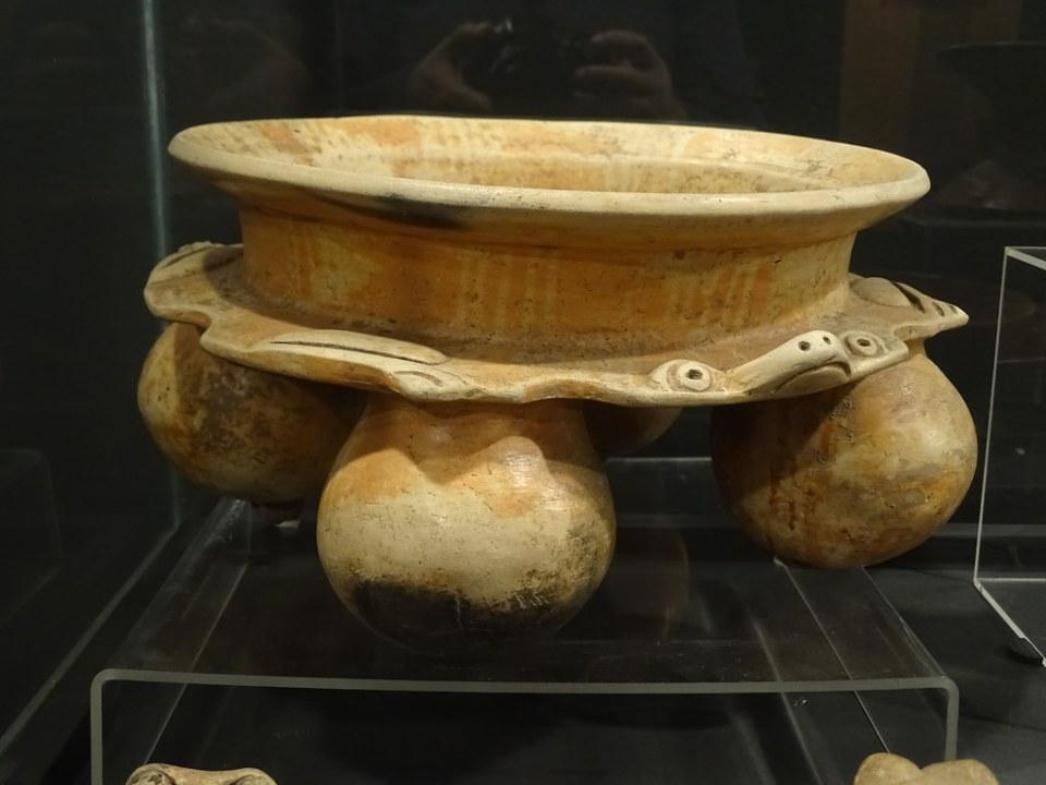 Cuenco efigie con soportes mamiformes en forma de rana o sapo ceramica Maya exposicion antiguo Colegio de la Compañia de Jesus 03