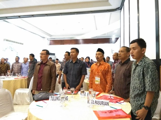 Suyitno Arman (mengenakan kacamata) diantara komisioner KPU Kabupaten/Kota se-Jatim yang mengikuti bimtek di Ijen View Hotel & Resort Kota Bondowoso, Senin (4/12)