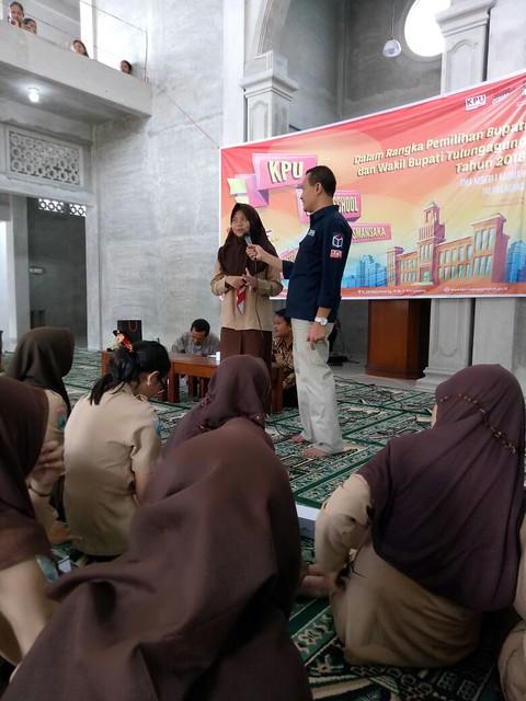 Anggota komisioner KPU yang juga sebagai Koordinator Devisi SDM dan Partisipasi Masyarakat Suyitno Arman, M.Si, saat memberikan sosialisasi kepada pelajar di dalam masjid Baiturrahman SMAN I Kauman (9/12)