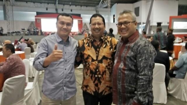 Ketua KPU RI Arief Budiman (tengah) bersama anggota Komisioner KPU Tulungagung Suyitno Arman (kiri) saat launching tahapan Pilkada Jatim di gedung JX Internasional Surabaya kemarin (29/11)