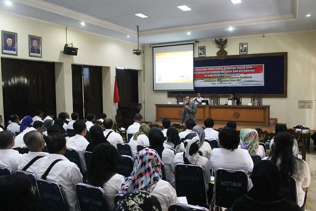 Ketua KPU Suprihno, M.Pd saat memberikan sosialisasi kepada Aparatur Pemerintah Desa dan Kecamatan di gedung Auditorium STKIP Tulungagung (15/11)