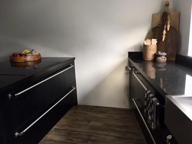Kookeiland zwarte keuken met landelijke accessoires