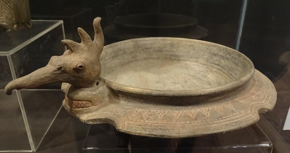 plato cabeza de ave ceramica Maya exposicion antiguo Colegio Compañia de Jesus Antigua Guatemala 03