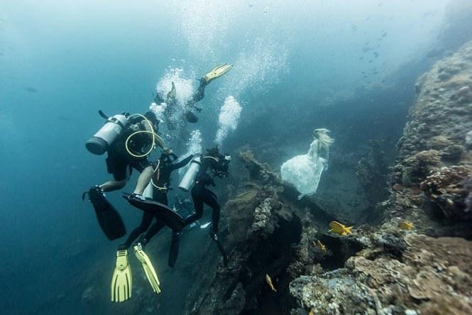 bali-shipwreck-divers-underwater-photoshoot-benjamin-von-wong-9
