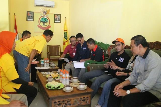 Anggota KPU saat mengecek berkas kepengurusan partai Berkarya di kantor DPD Partai Berkarya (6/1)
