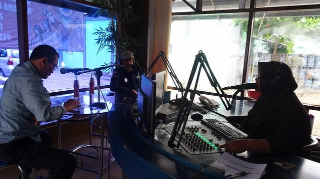 Anggota Komisioner KPU Tulungagung Suyitno Arman dan Victor Vebrihandoko saat menjadi narasumber dalam Talk Show di Radio Perkasa FM (18/12)